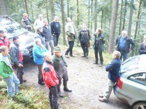 Markus Lohr (4.v.rechts) erläutert den Waldbesirtzern bei einem Waldbegang exemplariche Waldbilder