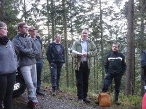 Markus Lohr (2.v.rechts) erläutert den Waldbesitzern bei einem Waldbegang exemplarische Waldbilder