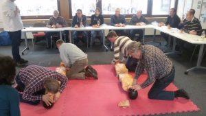 Zu dem Erste-Hilfetraining gehörte auch das Üben der Atemspende an der Trainingspuppe. Foto: Erich Bächle